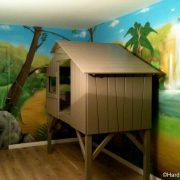 Lit cabane avec décoration jungle