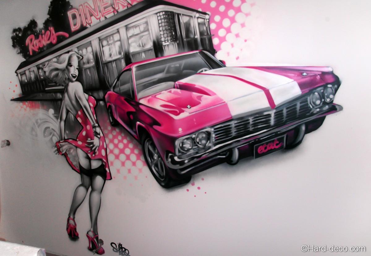 D coration graffiti d 39 un salon sur le th me pin up et cadillac for Decoration murale annee 50