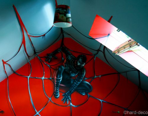 Black Spiderman sur sa toile