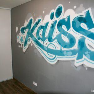 Graffiti Kaïss sur un pan de mur de sa chambre