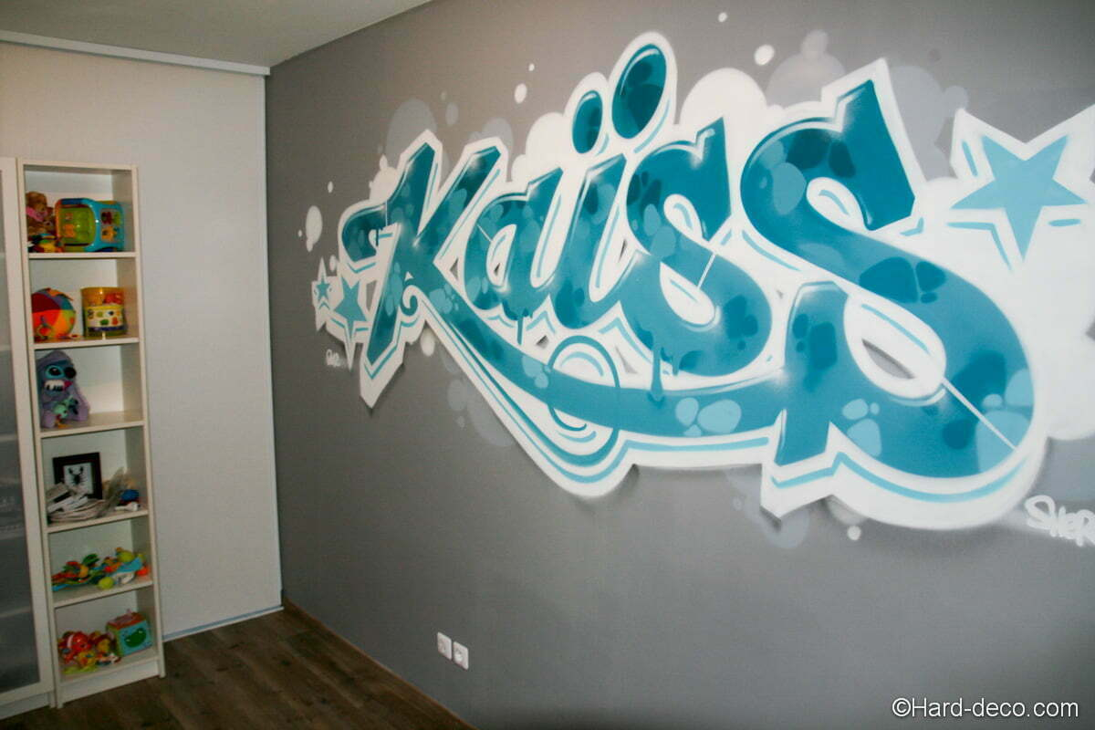 graffiti d coration turquoise dans la chambre du petit ka ss. Black Bedroom Furniture Sets. Home Design Ideas