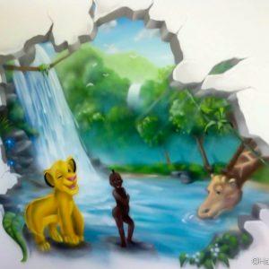 L'ouverture en trompe l'oeil sur le décor de cascade avec simba et kirikou