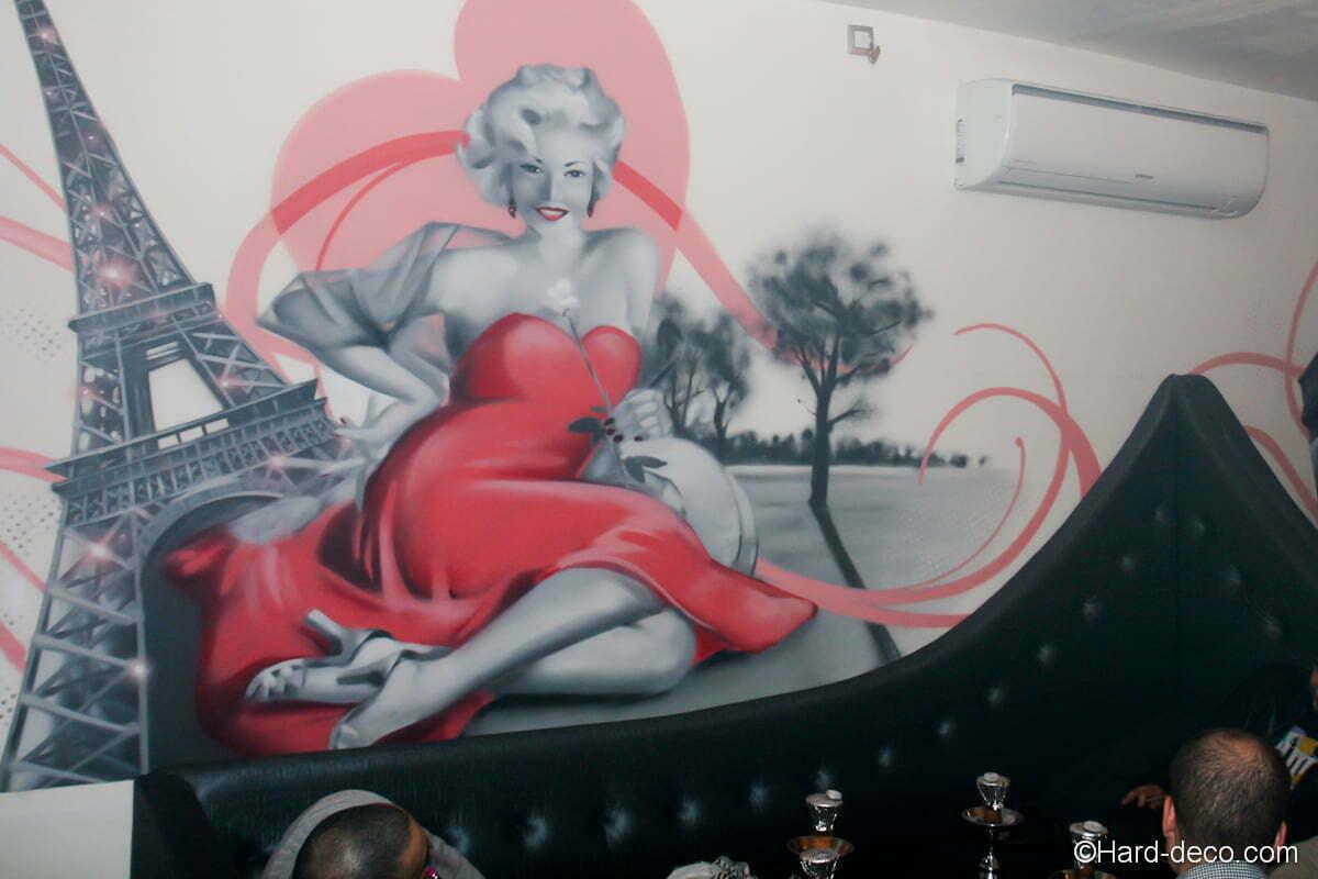 Sur cette première fresque, la pinup accueil les client à sa manière