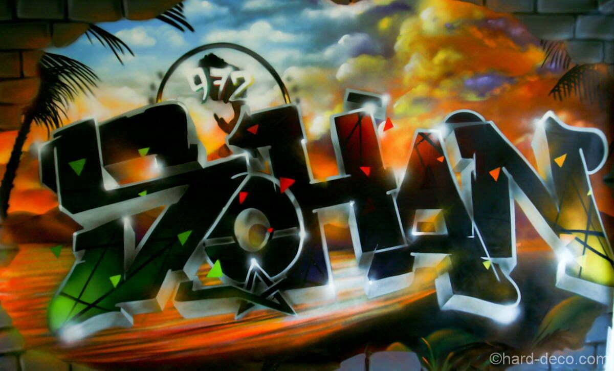 Graffiti Sohan sur fond de plage et de couché de soleil, réalisé sur toile de 2m par 1m60