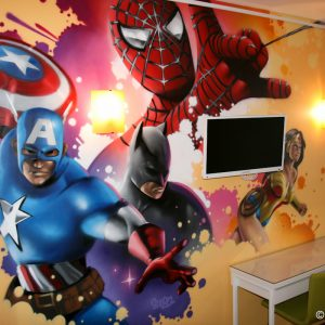 Composition Spiderman, Batman, Captain America et Wonderwoman en déco de chambre d'enfant