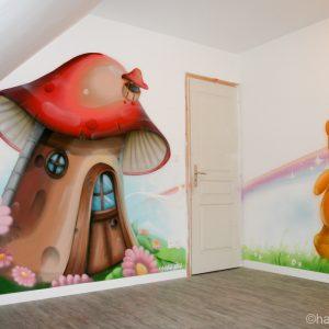 La maison champignon sur un pan de mur de la salle de jeux