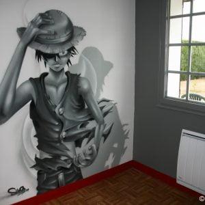 Vue sur le personnage Luffy peint dans la chambre d'un jeune fan de manga