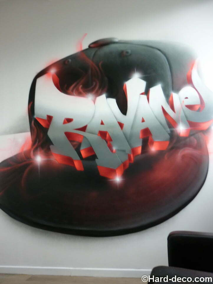 Prénom Rayane en graffiti sur fond de casquette en flammes