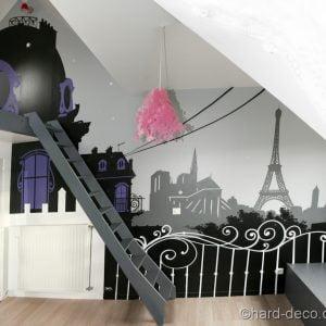 Chambre sur le thème de paris avec une décoration de la mezzanine