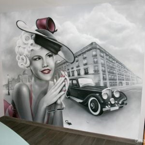 Décoration d'interieur avec représentation d'une pin up et d'une Bentley des années 60 sur fond de décor parisien