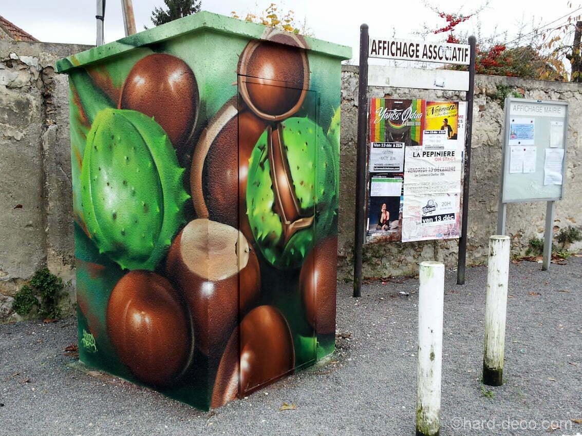 Un transformateur EDF décoré sur la place des Marronniers, à Villevaudé.