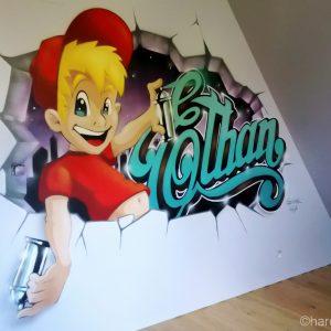 Le décor graffiti surgit du mur cassé, dans la chambre du petit Ethan