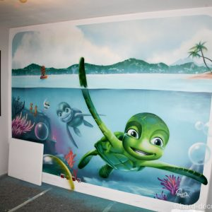 Samy la tortue dans un decor sous marin réalisé dans une chambre d'enfant