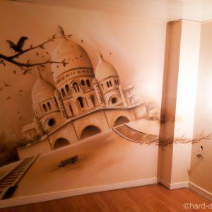 Le décor du Sacré Coeur donne du cachet à la nouvelle chambre d'hôtel