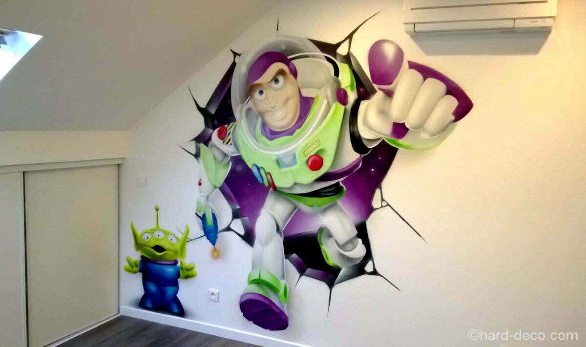 Buzz sort du mur cassé de cette chambre d'enfant