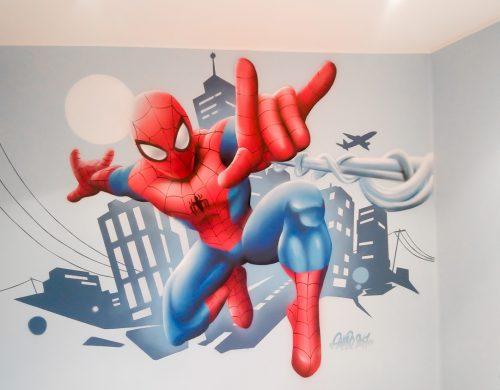 Spiderman sur fond de décor urbain