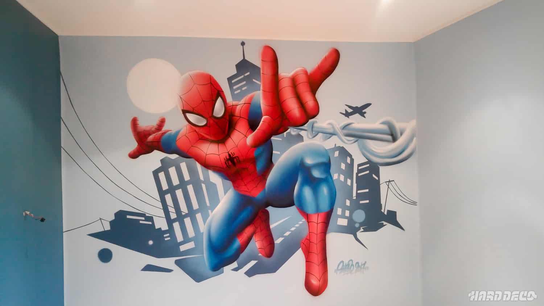 spiderman sur fond de d cor urbain hard deco. Black Bedroom Furniture Sets. Home Design Ideas
