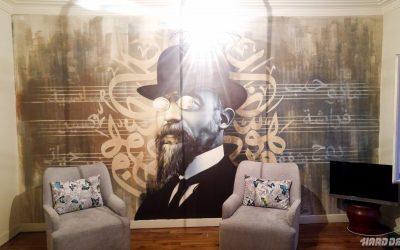 Décor mural de salon, portrait d'Erik Satie