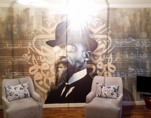 Décor mural de salon, portrait d'Erik Satie