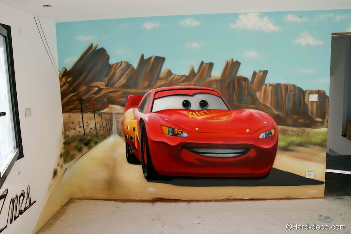 Vue de la chambre en chantier avec la fresque Cars sur le mur principal