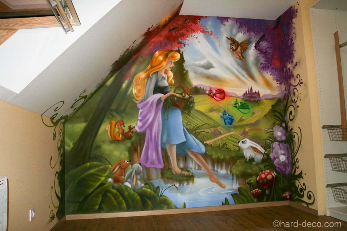 Fresque déco sur un pan de mur d'une chambre de fille, sur le thème de la belle au bois dormant.