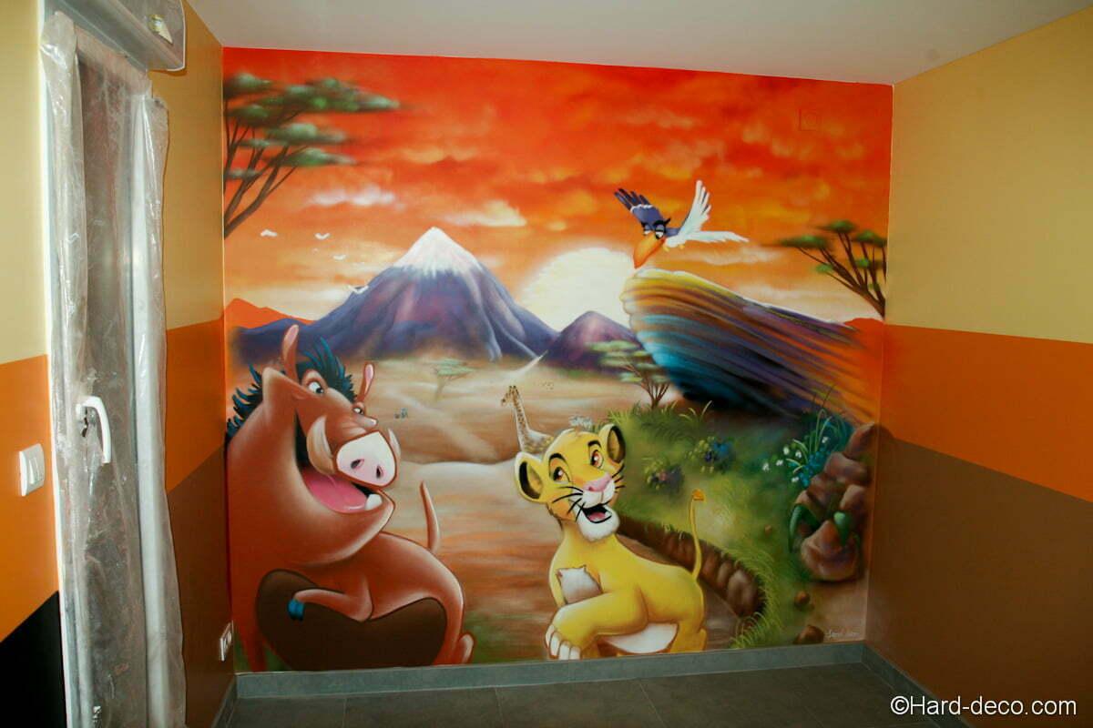 Fresque déco savane sur un des pans de mur de la salle de jeux