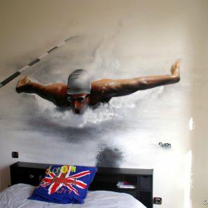 Un nageur émergeant de la surface de l'eau en déco de tête de lit !