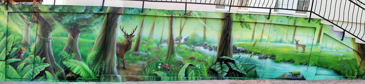 Vue sur l'ensemble de la fresque avec les sept animaux dissimulés dans le paysage de forêt...
