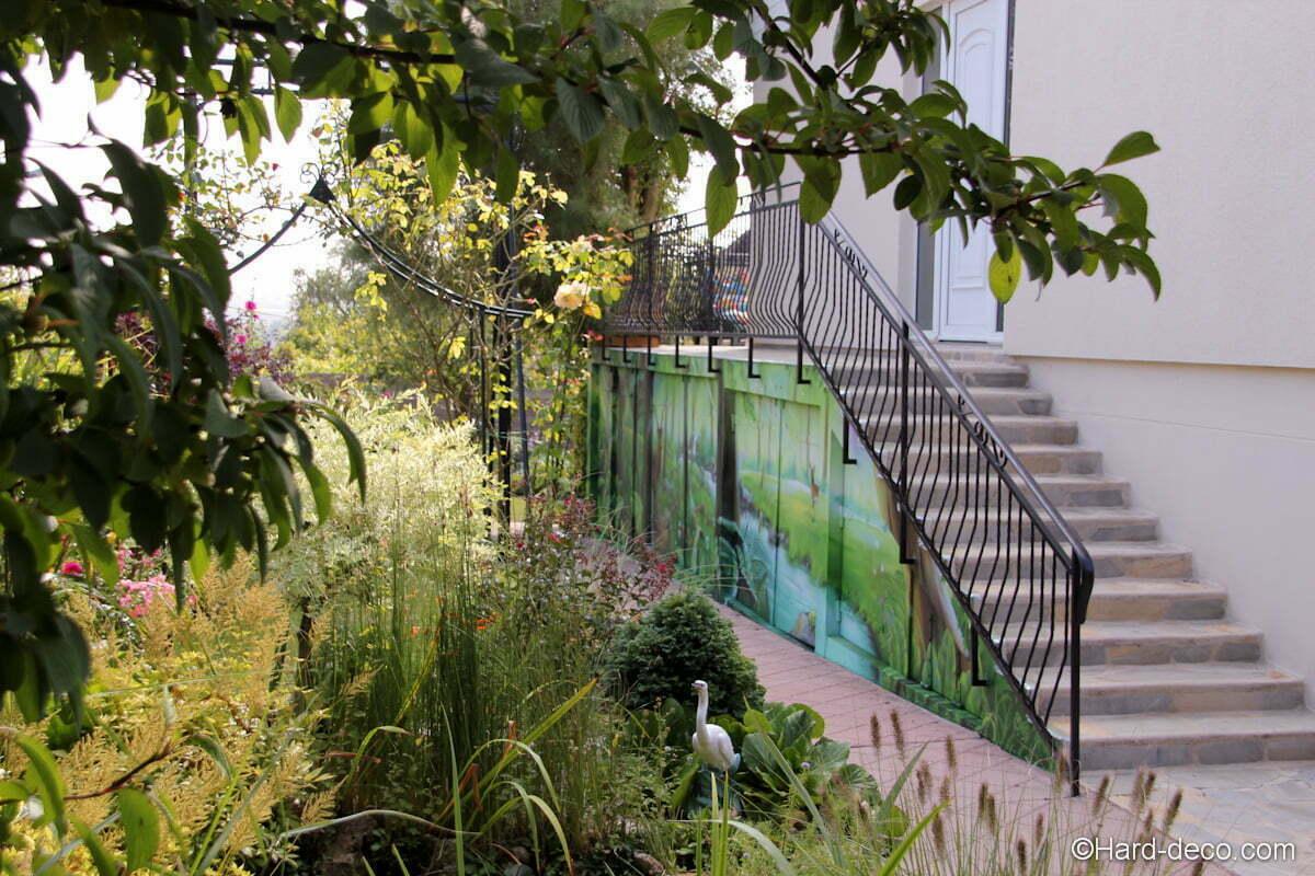 Vue sur l'emble du jardin avec la fresque longeant l'allée