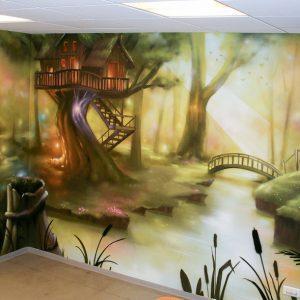 Fresque représentant une forêt pleine de magie créer pour la salle de détente des enfants de la clinique