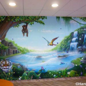 Fresque pleine avec vue sur une rivière dans la jungle peuplée d'animaux