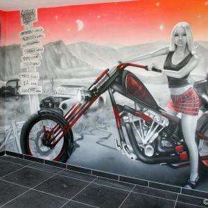 Vue rapprochée sur la femme en Harley et le décor de l'ouest américain