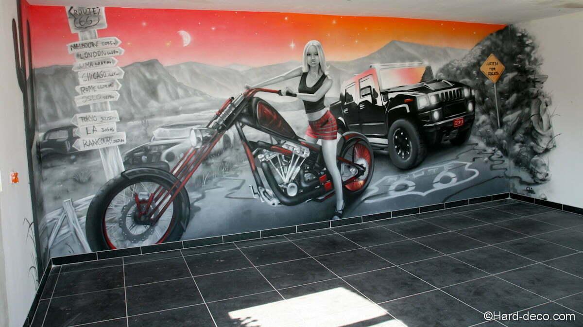 Vue de l'intérieur du garage sur la fresque Route 66