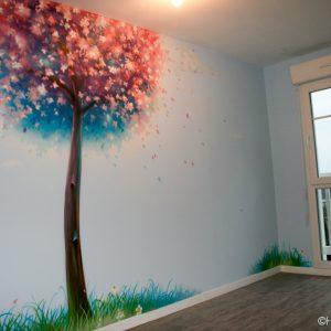 Le cerisier japonais peint sur le mur de la chambre