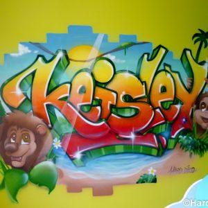 Déco graffiti et mur cassé ouvrant sur la jungle et ses animaux souriants