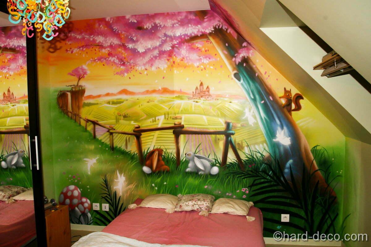 La fresque féérique est située en tête de lit de cette chambre de fille