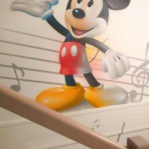 décoration murale mickey dans un escalier