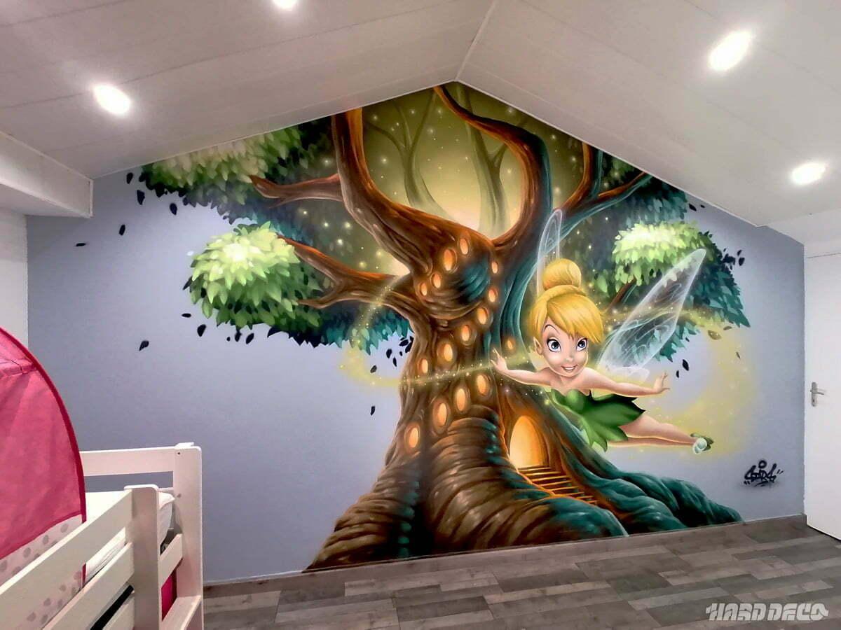 Fresque de chambre avec l'arbre magique et la fée clochette