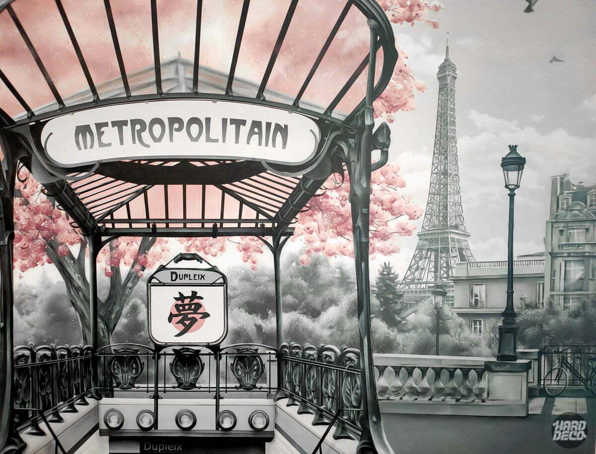zoom sur la fresque avec l'entrée du métro et la tour eiffel
